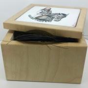 Kistje-met-gepersonalisseerde-emaille-plaat-voor-paard-Goeters-JAcqueline-Jimmink