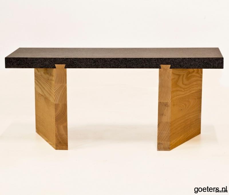 bankje van hout en steen