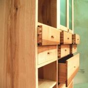 wandkast-met-laden-en-deurtjes-essenhout
