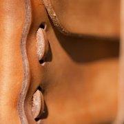 Detail-van-handgemaakte-toilettas-Dopp-Kit-leer-Goeters