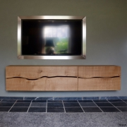 Zwevend dressoir in massief eiken met live edge Goeters