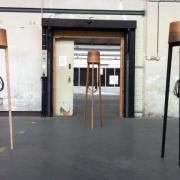 Slanke staande lamp van eiken en plataan Goeters