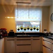Grafisch-patroon-ant-inkijk-raam-in-modern-huis-Goeters