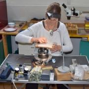 Graveur-Jacqueline-in-haar-atelier-op-Texel-Goeters