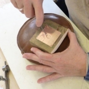 Gravure-wordt-met-de-hand-gemaakt-in-messing-zilver-of-RVS-Goeters