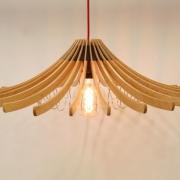 Kleerhanger lamp beuken met NUD design lamp en rood snoer Goeters