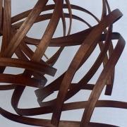 Hanglamp-met-massief-Amerikaans-noten-houten-krullen-Goeters