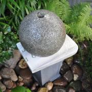 Kunstwerk van hergebruikte grafsteen Goeters fontein