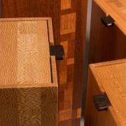 gedenkgoed-detail-van-handgemaakte-houten-urn