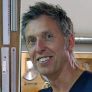 Pieter van der Veen ontwerper en maker van lamp Bout
