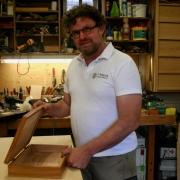 Theo-Ruigrok-meubelmaker-houtdraaier-bij-Goeters