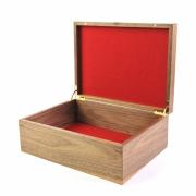 Kist in noten met wolvilt bekleding en quadrant scharnieren Goeters