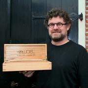 Meubelmaker Theo Ruigrok, schipluiden maakt kistjes voor Geoeters.
