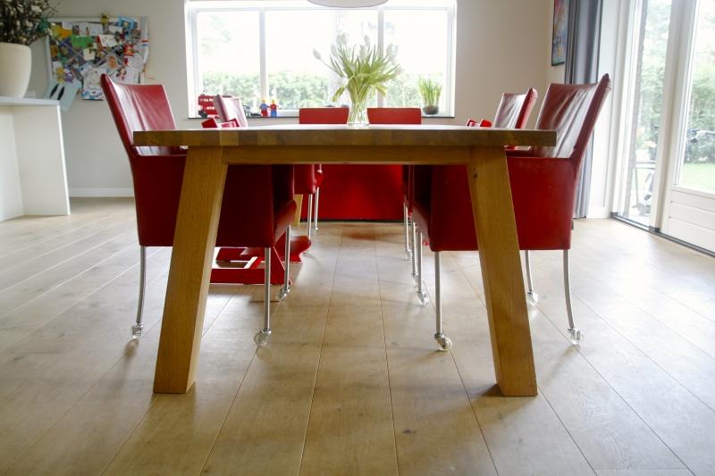 Grote houten tafel eettafel of liever leeftafel voor het gezin