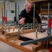 Meubelmaker en lampenmaker Maarten in werkplaats in Haarlem