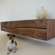 Zwevend dressoir notenhout vrij hangende kast met hond Goeters