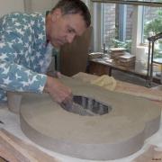 Keramist Michel maakt grafmonumenten en uren op maat