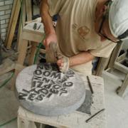 Letterhakken in een schaal van natuursteen