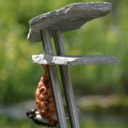 natuurstenen-vogelvoederhuis-met-specht