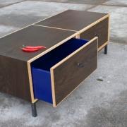 moereiken-meubel-salontafel-met-grote-diepe-blauwe-laden-goeters