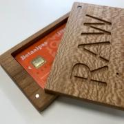 Pasjeshouder van hout handgemaakt in Nederland Goeters kopie