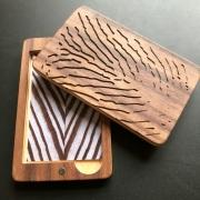 Pasjeshouder visitekaartjeshouder van hout met fingerprint in noten Goeters