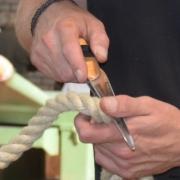 Plitsen van touw op maat met de hand