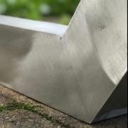 Detail-van-onderstel-vlak-en-afgewerkt-aluminium-Goeters