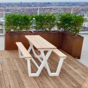 Design-picknicktafel-eiken-blad-aluminium-onderstel-op-terrs-Goeters-2