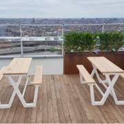 Design-picknicktafel-eiken-blad-aluminium-onderstel-op-terrs-Goeters