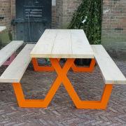 Dik-houten-blad-5-cm-massief-ieken-op-oranje-aluminium-onderstel