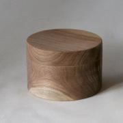 Ronde-kisjes-van-Amerikaans-notenhout-12cm-doorsnede-Goeters