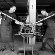 Meubelmakers van Thonet buigen hout