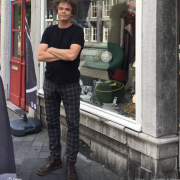 Erik-Hoedemakers-ontwerper-en-meubelmkaer-Slanke-Staande-Lamp-van-hout.-Maastricht-Goeters.-