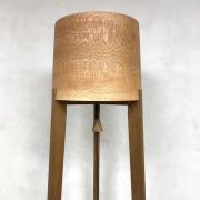 Slanke-Staande-lamp-van-hout-moersaseiken-met-plataan
