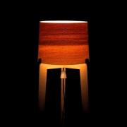 Warme tint van LED licht door houten lampenkap Goeters