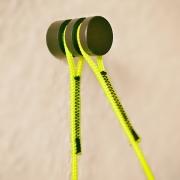 De wandhaak met kleurrijk technisch touw
