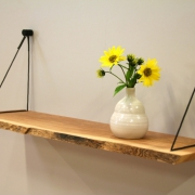 Wandplank met live edge en design ophanging Goeters