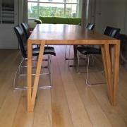 Lange slanke tafel met open hoekpoot