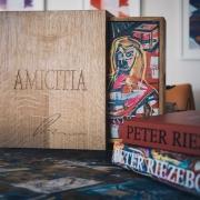 Kunstboek-AMICITIA-van-Peter-Riesebos-in-kist-van-Goeters-foto-Instagram-Peter-Riesebos