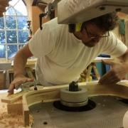 Theo Ruigrok, meubelmaker buigt massief hout Goeters