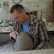 Michel Kuipers keramist maakt Urnen in vorm van een natuursteen kiezel Goeters