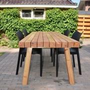 Strak ontwerp tuintafel van massief houten balken Goeters