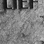 Lief handgehakte tekst op natuurstenen Urn van Michiel DEylius Goeteres