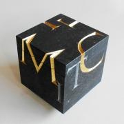 Natuurstenen urn kubusvorm met ghandgemaakte letters Goeters