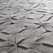 Vloerkleed Naturel en stoer , detail van woltvilt bij Goeters