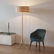 Vloerlamp-van-gebogen-massief-esdoorn-Goeters