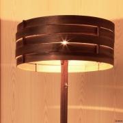 Warme-licht-tint-door-de-houten-lampenkap-Goeters
