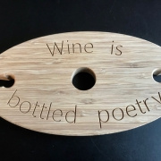 Geschenk wijnhouder van bamboe met tekst Goeters